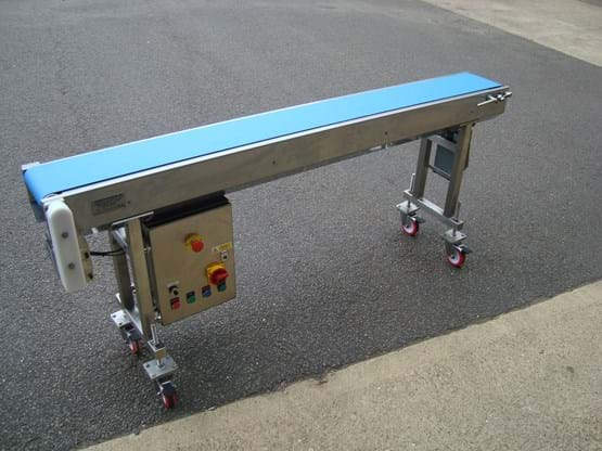 Flat conveyor with offset drive